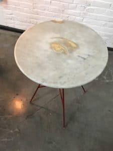 Mange debout avec plateau en marbre et feuille d'or
