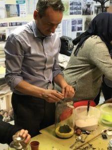 Homme réalisant terrarium